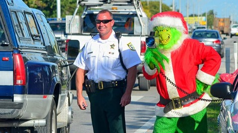 ht grinch cop 2 121218 wblog The Grinch Issues Speeding Tickets in Florida