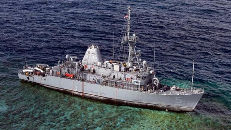 ht grounded navy ship jef 130129 wblog Stuck Minesweeper to Be Cut Into Pieces