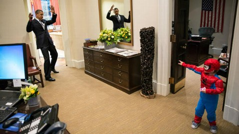 ht president barack obama playing spiderman thg 121219 wblog Obama Photo With Spider Man Shows Playful President