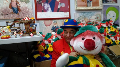 ht richard levine clowns lpl 121001 wblog Florida Man Inherits 13,000 Pieces of Clown Memorabilia