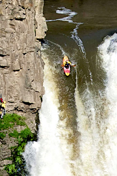 nc extreme kayak rafael ortiz ll 120524 vblog PHOTO BLOG: Kayaker Paddles Down 189 Foot Tall Washington Waterfall